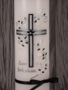 Trauerkerze im exclusiv, eleganten Design. Im Hauptbereich, haben wir ein schönes bemaltes Kreuz mit Silberstreifen eingefügt, das mit einer Blüte und Perlnadel verziert wurde. Umrankt wird das...