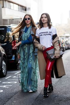 A semana de Inverno 18 de Londres acabou ontem (21.02) e o FFW selecionou mais de 150 fotos com os melhores looks do street style da capital britânica - veja os detalhes.