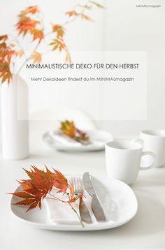 Was ein paar Herbstblätter ausmachen - mit Basics kombiniert, wird daraus eine einfache Tischdekoration für den Herbst! Mehr Inspiration findest du im MINIMALmagazin!