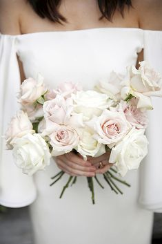 All-white wedding bouquets are staple of virtually all gorgeous wedding. It is perfect for traditional brides and for any wedding season. Simple Wedding Bouquets, Peony Bouquet Wedding, Wedding Table Flowers, Wedding Flower Arrangements, Floral Wedding, Wedding Colors, Bridal Bouquets, Wedding Dresses, Pink And White Weddings