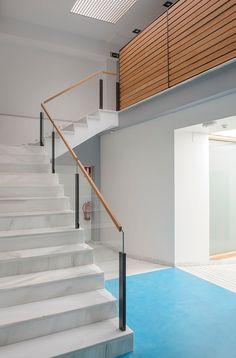 AA Clinic / equipoeme estudio #escalera #mampara #diseño #clinica #estética  #iluminación #microcemento