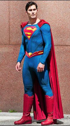 Tyler Hoechlin Films First Scenes as Superman For 'Supergirl': Photo Tyler Hoechlin goes into action as a superhero while shooting for Supergirl on Friday afternoon (July in Vancouver, Canada. Batman E Superman, Superman Suit, Supergirl Superman, Supergirl 2015, Superman Family, Superman Man Of Steel, Superman Cosplay, Dc Cosplay, Pokemon Cosplay