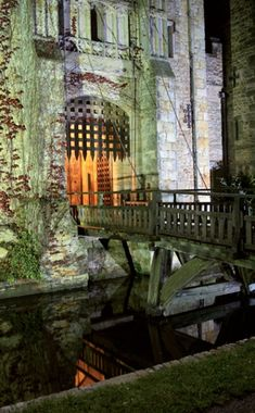 Castle Drawbridge | Hever Castle at night with moat, drawbridge and portcullis