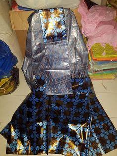 Description Ce magnifique batik de malien (VIP/FACEBOOK) tissu est de haute qualité, idéal pour toutes occasions ou cadeau. La liste est un prix pour le tissu seulement REMARQUE IMPORTANTE: SEULEMENT 6 MÈTRES SERA LIVRÉ AVEC UN SCAFT SUPPLÉMENTAIRE. Ce malien batik tissu est 100 % authentique. African Tops, African Girl, African Wear, African Women, African Dress, Girl Outfits, Fashion Outfits, Womens Fashion, Batik Fashion