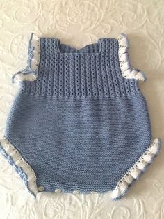 Extreme Cute Knitted Baby Rompers – Knitting And We - Extreme Cute Knitted Baby Rompers – Knitting And We Fazendo um novelo de lã - Newborn Crochet Patterns, Crochet Baby Hats, Baby Patterns, Knitted Baby, Baby Overalls, Baby Pants, Baby Romper Pattern, Diy Dress, Girl With Hat