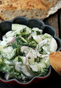 Salatglück-Freitag: Griechischer Gurkensalat mit roten Zwiebeln und Dill