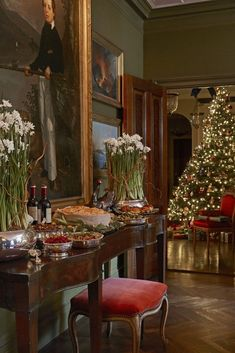's on how to approach christmas home decoration in different ways! Merry Christmas everyone 🎄 . Park Avenue home of Fernanda Kellogg and Kirk Henckels . French Christmas, Old World Christmas, Christmas Time Is Here, Magical Christmas, Cozy Christmas, Beautiful Christmas, Christmas Buffet, Christmas Crack, Christmas Design