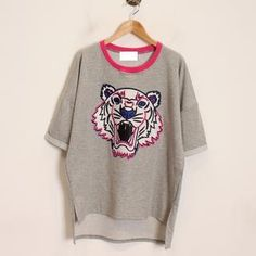 Buy 'Momewear – Short-Sleeve Dip-Back Tiger-Print T-Shirt' with Free International Shipping at YesStyle.com. Browse and shop for thousands of Asian fashion items from China and more!