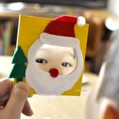のぞきこむのが楽しくなる、サンタさんと雪だるまのミラー11cm角のMDF(木質ボード)に、直径8cmの丸いミラーを貼り付けて、フェルトで飾り付ける工作です。ミラーを顔に見立てたサンタクロースや、体に見立てた雪だるまが作れます。他にも、自由な発想で、楽しいミラーを作ってくださいね♪小さなミラーですが、ついついのぞきこみたくなる、かわいいミラーが出来上がりますよ。クリスマスイベントにおすすめです。・ミラーの縁を強く触らないようにしてください。指を怪我する危険があります。・MDFは、水濡れに弱い素材です。水分の多い画材で強く塗りつぶすと、表面がモロモロとすることがあります。【セット内容】・フェルト 赤3枚・白3枚・緑1枚・丸型ミラー 10枚・MDF(木質ボード) 10枚・説明書※イベント前に、フェルトのカット作業が必要です。【仕様】フェルト:20cm×20cmミラー:直径8cmMDF:11cm×11cm 厚み3mm 作り方【準備するもの】・木工用ボンド ・竹ぐし ・鉛筆 ・はさみ…