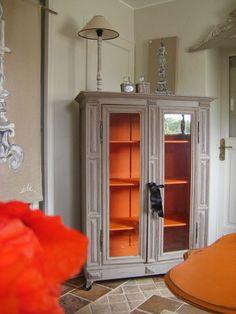 Meuble taupe intérieur orange
