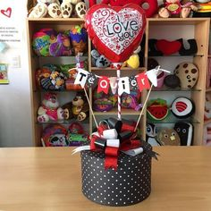 Balloon Box, Balloon Gift, Valentines Diy, Valentine Day Gifts, Craft Gifts, Diy Gifts, Alcohol Gift Baskets, Birthday Room Decorations, Chocolate Bouquet