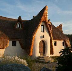 Castelul de Lut. Valea Zanelor.Sibiu. Romanian Castles, Peles Castle, Vlad The Impaler, Unusual Buildings, Architecture Photo, Creative Home, Cabin, House Styles, Places
