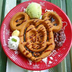 東京ディズニーランド(TDL)のグルメってたくさんありますよね!その中でも本当に美味しいおすすめの人気の食事(フード)・レストランをランキング形式でまとめました。元キャスト兼今も年パスを持っていて何度も東京ディズニーランド(TDL)に行き、何度も食べ歩いたディズニーのグルメ・レストランをご紹介します!なお、ランキングは味をメインにつけていますので☆は参考程度にご覧ください。