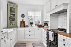 Bolig til salgs i utlandet Kitchen Dining, Kitchen Cabinets, Dining Room, Kitchenware, Modern Farmhouse, Villa, Architecture, Inspiration, Home Decor