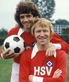 """In den 70er Jahren trug der englische Superstar Kevin Keegan (l., hier mit """"Kopfball-Ungeheuer"""" Horst Hrubesch) die HSV-Raute auf der Brust"""