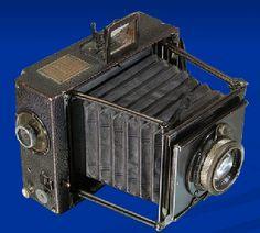 Esta cámara es una contax minimun palmos, fabricada en 1904 y alcanzaba una velocidad de obturación de 1/1000s.