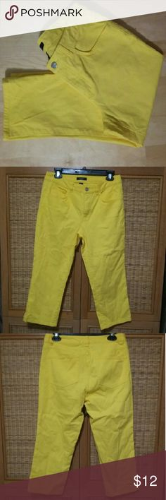 CHAPS...YELLOW Capri Jeans sz.8 CHAPS...YELLOW Capri Jeans sz.8...excellent used condition...waist around 32.5 inches inseam 21.5 inches Jeans Ankle & Cropped