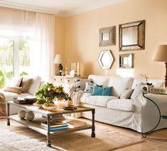 La chaise longue, al ser bajita, deja pasar la luz y no abigarra el espacio ofreciendo asiento y comodidad extra. Y la cómoda puede servirte de mucho: guardar en sus cajones y decorar en su sobre. En las paredes, una combinación de espejos que da personalidad y multiplica el espacio y la luz.