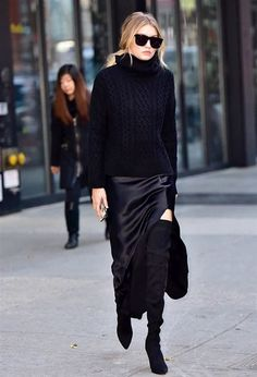 View Gigi Hadid is seen on the streets of New York City, Dec. pictures and other Gigi Hadid Is Beautiful in All Black photos at ABC News Style Noir, Mode Style, Style Blog, Gigi Hadid Style, Gigi Hadid Fashion, Quoi Porter, All Black Outfit, Black Outfits, Dress Black