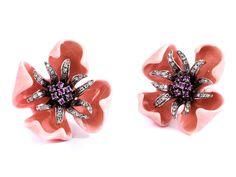 Durchmesser: ca. 3 cm. Gewicht: ca. 30,8 g. WG 750. Florale Ohrclipse mit rosafarben emaillierten Blütenblättern, einem Blütenstempel aus pinkfarbenen...