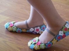 Tiny little crochet flowers attached to slippers - so pretty Crochet Boots, Crochet Slippers, Love Crochet, Beautiful Crochet, Crochet Yarn, Knitting Yarn, Crochet Clothes, Crochet Flowers, Crochet Slipper Pattern