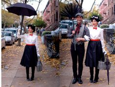 Mary Poppins- 20 of Our Favorite Homemade Halloween Costumes via Brit + Co. Mary Poppins Halloween Costume, Homemade Halloween Costumes, Last Minute Halloween Costumes, Halloween Kostüm, Diy Halloween Costumes, Costume Ideas, Halloween Couples, Halloween Makeup, Zombie Costumes