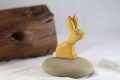 Lapin en bois jouet  lapin  Pâques  Table par TwoRaccoonHollow