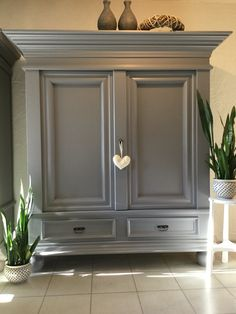 Grijze broodkast www. Distressed Furniture, Painted Furniture, Home Interior Design, Interior Decorating, Space Saving Bathroom, Muebles Shabby Chic, Cupboard Shelves, Furniture Restoration, Home And Deco