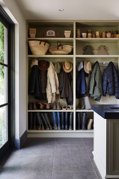 15 Incredible Mudroom Organization Ideas For Simple Storage Who doesn't want more storage for their entrance? In fact, you don't need a ton of square footage in your house to have a mudroom. Entrance Design, House Entrance, Entrance Ideas, Mudroom Laundry Room, Garage Laundry, Mud Room Lockers, Garage Mudrooms, Walk In Closet, Room Closet
