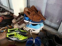 Susunan kasut peserta kursus kami yang memang kelakar.