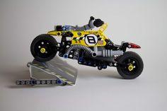 Batman en cascade avec sa nouvelle moto Lego