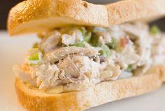 Sandwich de Pollo con Almendras 1 Pechuga de Pollo Almedras Cebolla Morada 1 Apio 1 Pan Baguette Mayonesa En Sartén doraremos los cubos de Pollo. Salpimentamos a gusto. Reservamos. Picaremos la media Cebolla Morada y la ramita de Apio. Lo pondremos en un Bowl, agregamos la Mayonesa y lo revolveremos para mezclar sabores. Luego, pondremos la Pechuga de Pollo dorada en cubos, las Almendras picadas, salpimentamos a gusto.