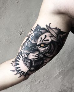 Tattoo Lion Old School Black Inside Bicep Tattoo, Bicep Tattoo Men, Inner Bicep Tattoo, Knee Tattoo, Life Tattoos, Body Art Tattoos, Sleeve Tattoos, Cool Tattoos, Future Tattoos