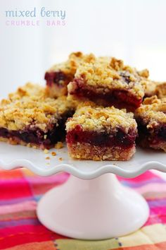 Mixed Berry Crumble Bars – These easy berry bars with a buttery shortbread crust are full of fresh summer fruit Just Desserts, Delicious Desserts, Yummy Food, Cookie Recipes, Dessert Recipes, Berry Crumble, Shortbread Bars, Mixed Berries, Dessert Bars