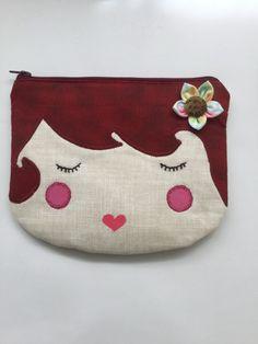 Necessaire confeccionada em tricoline, com aplicação formando desenho de rosto de menina, estruturada com manta acrílica, fechamento superior com zíper.  Tamanho: largura 19 cm, comprimento: 15 cm Bag Quilt, Pouch, Wallet, Quilted Bag, Holiday Crafts, Coin Purse, Quilts, Embroidery, Sewing