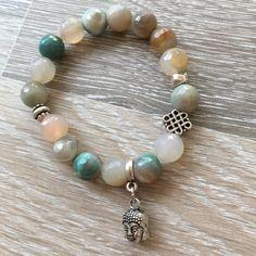 Armband van 10mm groengrijs agaat met metalen oneindige knoop kraal, metalen sierkralen en een metalen Boeddha. Van JuudsBoetiek, te bestellen op www.juudsboetiek.nl.