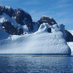 Wie viel Prozent von dem Eisschild der Erde befindet sich in der Antarktis? » 90% Etwa 90% des Eisschildes der Erde befindet sich in der Antarktis.