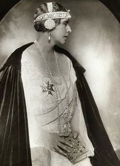 Queen Marie of Romania. This tiara looks like something out of a Mucha print. I love it but I'm wondering if it's a bit more Art Nouveau than Art Deco. Royal Crowns, Royal Tiaras, Tiaras And Crowns, Romanian Royal Family, Mode Chic, Royal Jewelry, Royal House, Kaiser, Crown Jewels