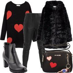 Outfit composto da pantaloni modello leggings in ecopelle, ecopelliccia con cappuccio, maxi-cardigan nero con cuori rossi, tronchetti neri con tacco e tracollina Moschino.