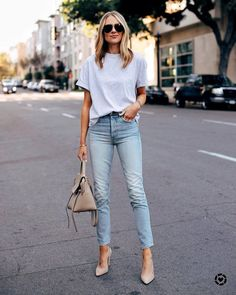 All about fashion, spring summer fashion, spring outfits, jean outfits, cas Outfit Jeans, Light Blue Jeans Outfit, White Tshirt Outfit, White Tshirt And Jeans, T Shirt Outfits, Boyfriend Jeans Outfit, Blue Jean Outfits, Grey Jeans, Cool Outfits