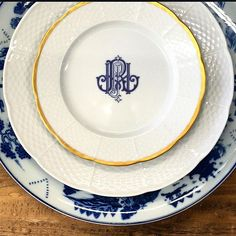 Mix and match your modern dinnerware with unique vintage finds. Custom dishes will give your tablescape a complete look while giving it a personal touch. Explore more custom monogrammed dishes at https://www.sashanicholas.com/shop-all/weave-24k-gold-rimmed-monogrammed-salad-plate/ | Perfect Place Settings | Tablescapes | Dinnerware | China | Wedding Registry | Entertaining | Ideas | Monogrammed