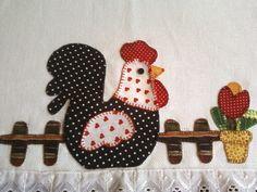 Pano de prato com patchaplique de galinha na cerca e vaso de tulipa vermelha, 100% algodão,  barrado preto com bolinhas brancas  bordado a mão com ponto caseado. Motivos e barrados podem ser diferentes, conforme a escolha do cliente Mini Quilts, Baby Quilts, Sewing Crafts, Sewing Projects, Projects To Try, Chicken Crafts, Patch Aplique, Chickens And Roosters, Coq