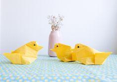Maak je paastafel compleet met deze gezellige origami kuikens. Een origineel gebruik van papieren servetten én een leuk alternatief voor een eierdopje. Want in deze kuikens kun je eieren verstoppen...