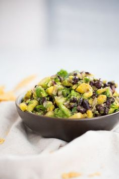 Que tal esta salsa de piña con frijol negro y aguacate? :heartbeat::pineapple::heartbeat::seedling::seedling:Would you like to try something different? How about this amazing pineapple salsa with black beans and avo Black Bean Salsa, How To Make Salsa, Pineapple Salsa, Healthy Dips, Canned Black Beans, Vegan Recipes, Easy Meals, Tasty, Dishes