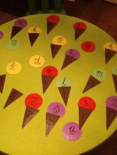 Eigen makelij: Oefenen van lettertjes. De leerlingen leggen de juiste drukletter bij de schrijfletter en maken zo ijsjes.