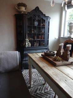 Bekijk de foto van Rems met als titel Waaltjes in cement met antieke kast geschilderd in zijdematte lakverf kleur Graphit van Carte Colori. Raampjes zijn er uit en hebben kippengaas behandeld met roestverf van 't Stilleven. en andere inspirerende plaatjes op Welke.nl.