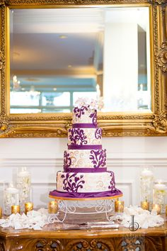 Purple and Gold Wedding cake with floral cake topper | Photography by Images by Berit #wedding #weddingcake #imagesbyberit