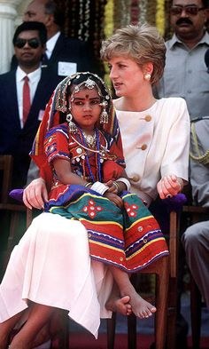 Diana In India A local girl wearing traditional costume sits on the Princess of Wales' lap during her visit to Lallapet High School in Hyderabad, India, February Diana is wearing a Catherine Walker dress. (Photo by Jayne Fincher/Getty Images Princess Diana Fashion, Princess Diana Family, Princess Diana Pictures, Royal Princess, Princess Of Wales, Lady Diana Spencer, Kate Middleton, Prinz Harry, Local Girls