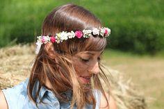 Corona de flores realizada con paniculata seca y minirosas de papel en tonos blancos y rosas. Se adapta a cualquier cabeza ya que se ajusta en la parte posterior con una cinta de puntilla blanca.