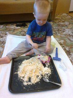 domowa piaskownica, sztuczny piasek, piasek- mąka i odrobina oleju plus barwnik (może być też kakao, starta kreda itp.)